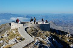Folk överst av det Lovcen berget Royaltyfri Foto