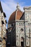 Folk överst av kupolen av domkyrkan av Florence, Italien Arkivfoton