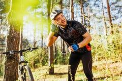 Folk, aktiv sund livsstil och ytterlighet Bakre skott av den Caucasian yrkesmässiga ryttaren i hjälm som cyklar kläderrekreation arkivfoton