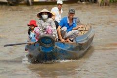 Folk arga Mekong River med motorbåten i Cai Be, Vietnam Royaltyfri Bild