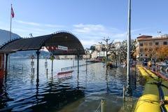 Folk av borgerligt skydd som pumpar vatten av översvämningen av la royaltyfri bild