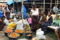 Folk av den minoritary folkgruppen i en marknad av Indonesien Royaltyfri Fotografi