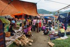 Folk av den minoritary folkgruppen i en marknad av Indonesien Arkivfoton