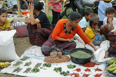 Folk av den minoritary folkgruppen i en marknad av Indonesien Arkivfoto
