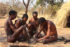 Folk av den San stammen i Namibia arkivfoton