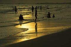Folk av havet och sand i aftonen royaltyfri bild