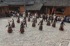 Folk av Miao den etniska minoriteten som utför en traditionell dans i den Langde Miao Nationality byn, Guizhou landskap, Kina arkivbilder