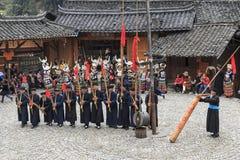 Folk av Miao den etniska minoriteten som utför en traditionell dans i den Langde Miao Nationality byn, Guizhou landskap, Kina royaltyfri fotografi
