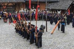 Folk av Miao den etniska minoriteten som utför en traditionell dans i den Langde Miao Nationality byn, Guizhou landskap, Kina arkivfoto
