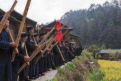 Folk av Miao den etniska minoriteten som utför en traditionell dans i den Langde Miao Nationality byn, Guizhou landskap, Kina royaltyfri bild