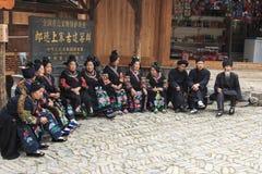Folk av Miao den etniska minoriteten som utför en traditionell dans i den Langde Miao Nationality byn, Guizhou landskap, Kina royaltyfria bilder