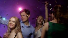Folk av olika nationaliteter som dansar på partiet Närbildförskjutningskamera arkivfilmer