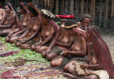 Folk av souvenir för stam- försäljning för Papuan traditionella Royaltyfri Foto