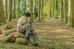 Folk av världen - läsa gamala mannen Arkivbild
