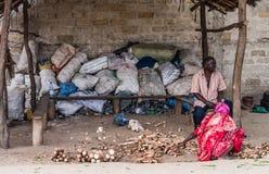 Folk av zanzibar som säljer ingefäran i gatan Arkivfoton