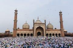 Folk be inre Jama Masjid i Chandni Chowk Royaltyfri Fotografi