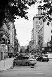Folk bilar på gatan i den Riga staden i höst Royaltyfria Foton