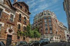 Folk, byggnader och blå himmel på gatan av Montmartre på Paris Arkivfoto