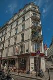Folk, byggnader och blå himmel på gatan av Montmartre på Paris Royaltyfria Bilder