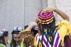 Folk dansare utför traditionell dans på lokala festivaler i Kh royaltyfri bild