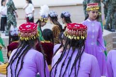 Folk dansare utför traditionell dans på lokala festivaler i Kh arkivbild