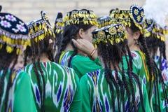 Folk dansare utför traditionell dans på lokala festivaler i Kh arkivbilder