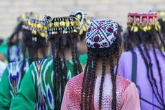 Folk dansare utför traditionell dans på lokala festivaler i Kh royaltyfri foto