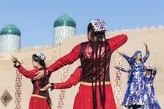 Folk dansare utför traditionell dans på lokala festivaler i Kh fotografering för bildbyråer