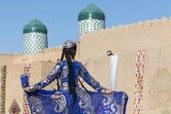 Folk dansare utför traditionell dans på lokala festivaler i Kh royaltyfri fotografi