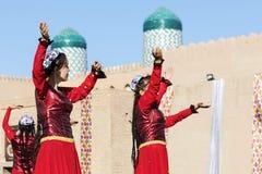 Folk dansare utför traditionell dans på lokala festivaler i Kh arkivfoton