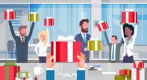 Folk för affär för arbetarbonusbegrepp gladlynt Team Holding Red Gift Boxes i lycklig grupp för modernt kontor av lyckat vektor illustrationer
