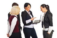folk för affärsdiskussionsbärbar dator Royaltyfria Foton
