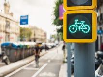 Folk för gata för stad för cykelteckentrafikljus som rider på trans. för livsstil för cykelgrändekologi arkivbild