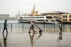 Folk för Istanbul ångbåtpir som går i regnet Fotografering för Bildbyråer