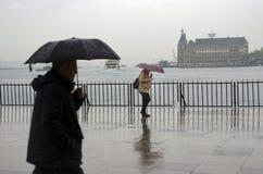Folk för Istanbul ångbåtpir som går i regnet Royaltyfri Foto