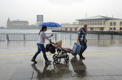 Folk för Istanbul ångbåtpir som går i regnet Arkivbild