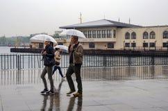 Folk för Istanbul ångbåtpir som går i regnet Arkivfoto