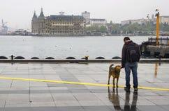 Folk för Istanbul ångbåtpir som går i regnet Royaltyfri Fotografi
