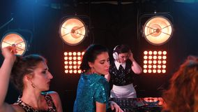 Folk för nattklubbdiscjockeyparti att tycka om av musikdansljudet stock video