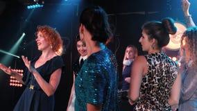 Folk för nattklubbdiscjockeyparti att tycka om av musikdansljudet lager videofilmer