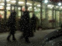 Folk för regn för lykta för nattstadslandskap suddigt Fotografering för Bildbyråer