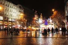 Folk för stad för belysningar för Europa loppjul Royaltyfri Bild