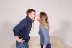 Folk, familjevåld och missbrukbegrepp - ungt par som inomhus argumenterar royaltyfri fotografi