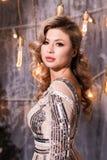 Folk, ferier, smycken och lyxigt begrepp - kvinna i aftonklänning över ljusbakgrund royaltyfria foton