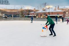 Folk ferier, vinter, fritidbegrepp Lycklig skäggig man sk royaltyfria bilder