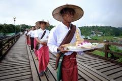 Folk från den måndag byn som korsar den måndag bron träbro som korsar den konstgjorda sjön för khaolaem Royaltyfria Bilder