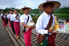 Folk från den måndag byn som korsar den måndag bron träbro som korsar den konstgjorda sjön för khaolaem Royaltyfri Fotografi