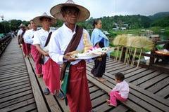 Folk från den måndag byn som korsar den måndag bron träbro som korsar den konstgjorda sjön för khaolaem Arkivfoton