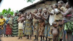 Folk från en stam av Baka pygméer i by av etniskt sjunga Traditionell dans och musik November 2, 2008 BIL Arkivfoton