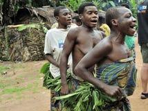 Folk från en stam av Baka pygméer i by av etniskt sjunga Traditionell dans och musik November 2, 2008 BIL Arkivfoto